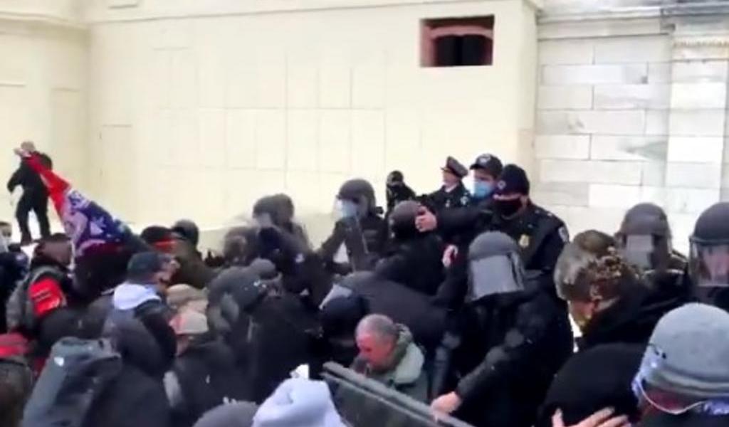 Cierran el Capitolio ante choque de seguidores de Trump con policías