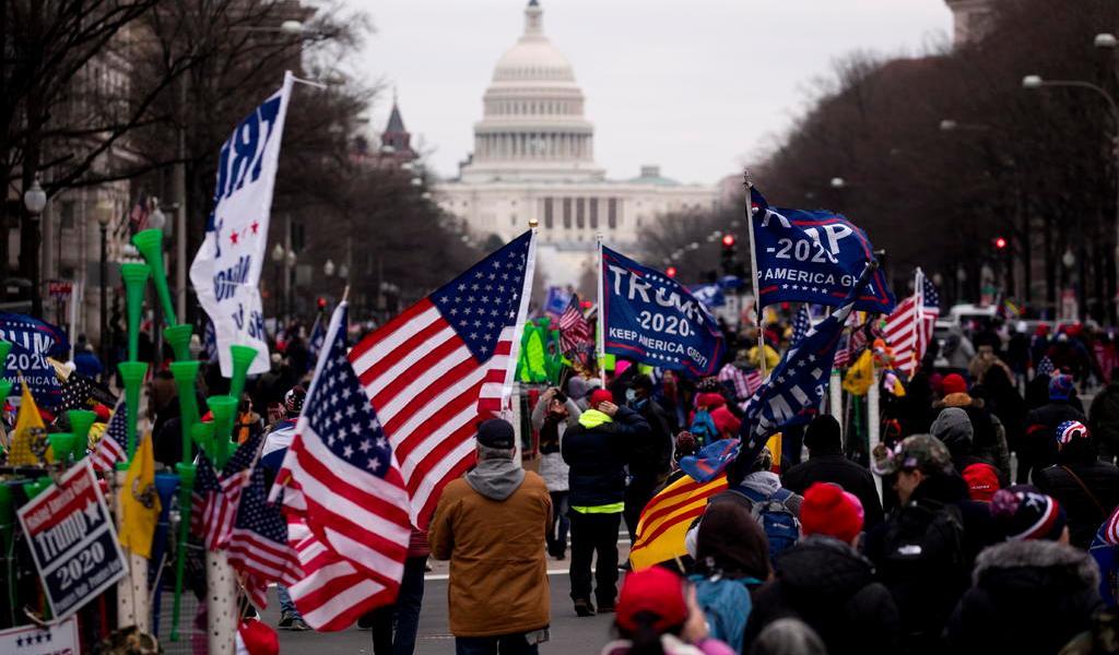 Washington ordena toque de queda; Trump pide a simpatizantes permanecer 'pacíficos'