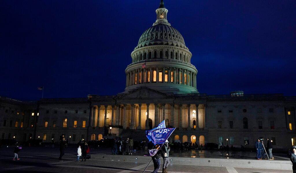 Mientras la policía dispersa a la multitud del Capitolio, Washington comienza toque de queda