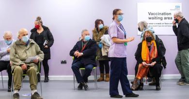 Acelerará Reino Unido sus vacunaciones ante cifras tan alarmantes