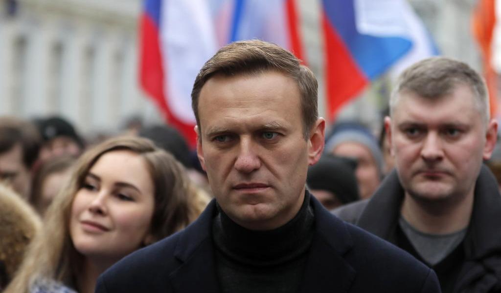 Detienen a Navalni en control de pasaportes al llegar a Moscú