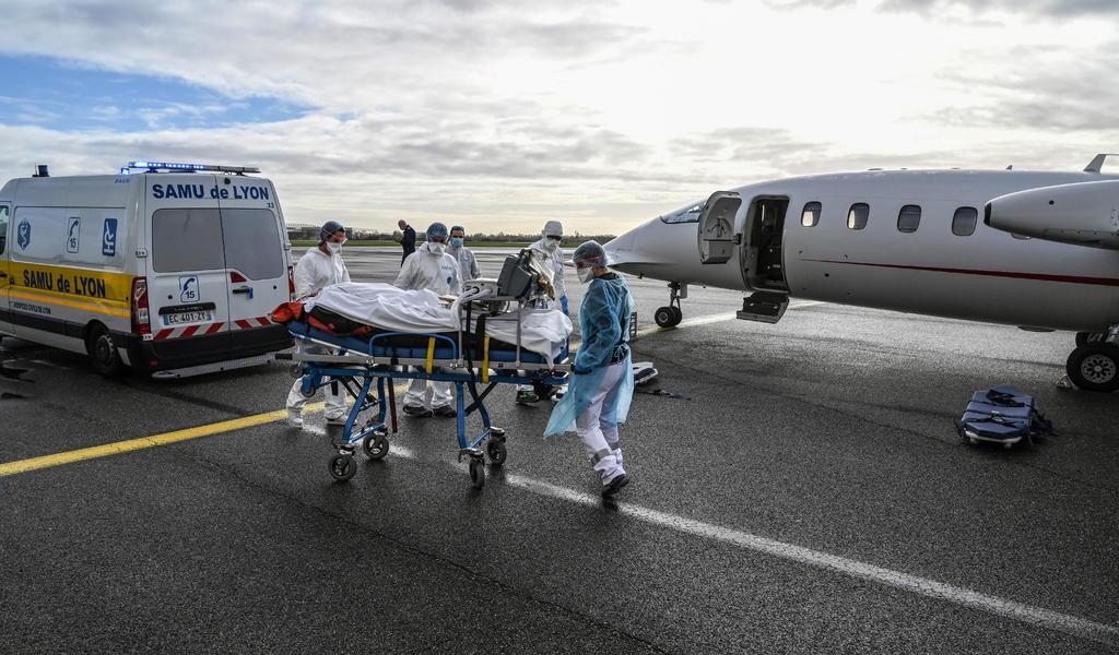 Suma Francia casi 2 mil nuevas hospitalizaciones por COVID-19 en un día