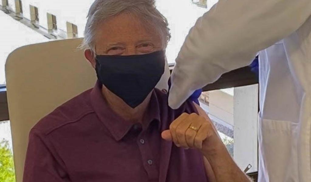 Bill Gates recibe primera dosis contra el COVID-19