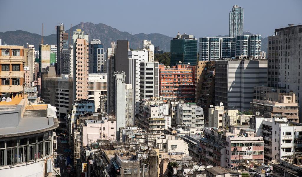 Hong Kong ordena confinamiento ante grave brote de COVID en la ciudad