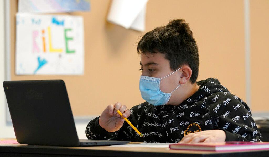 Escuelas de EUA podrán reabrir sin profesores vacunados