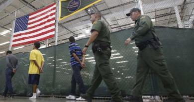 Paraliza Biden la expulsión por COVID de menores migrantes no acompañados