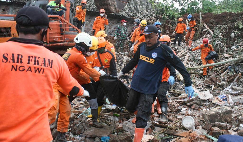 Deslave deja 10 muertos y 9 desaparecidos en Java, Indonesia