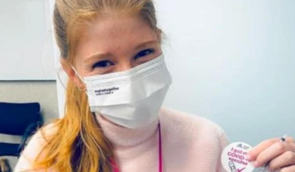 Hija de Bill Gates recibe vacuna antiCOVID y se burla de teorías