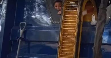 Niño casi muere aplastado al esconderse en contenedor de basura