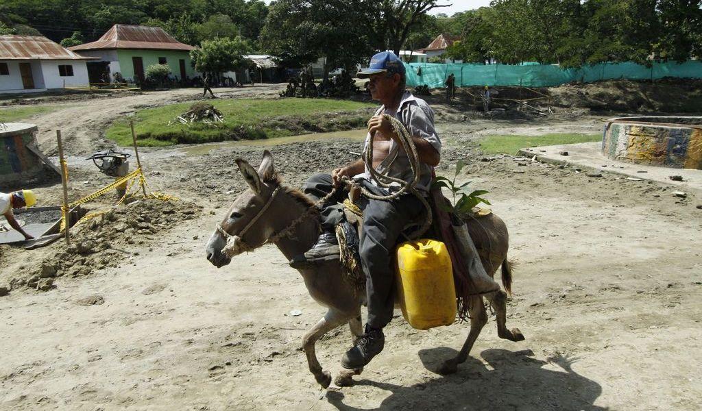 Campesinos de Colombia se desplazan por amenazas