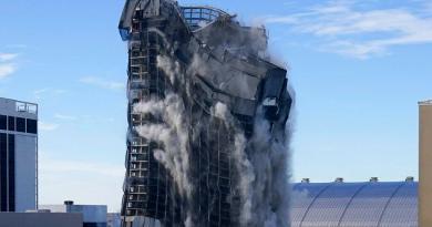 Destruyen con implosión antiguo casino de Trump