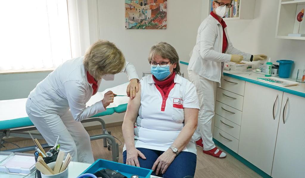 Aprueba Alemania vacuna de AstraZeneca en población de 65 años o más