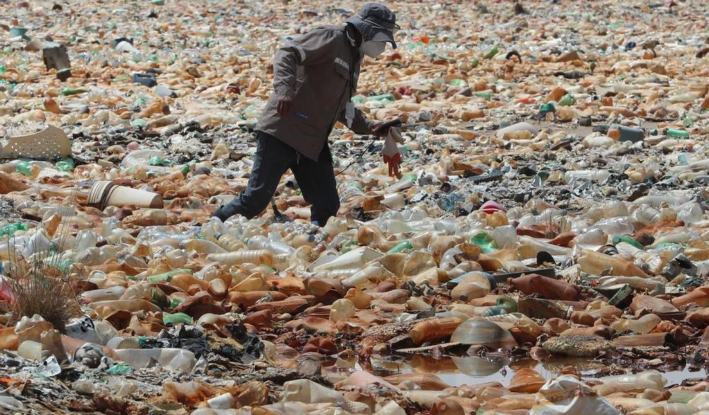 Plástico y desechos cubren parte de un lago en Bolivia