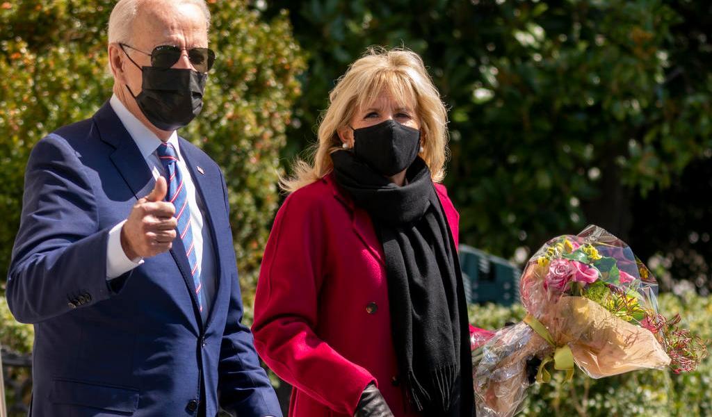 Joe y Jill Biden invitan a vacunarse contra COVID en su mensaje de Pascuas
