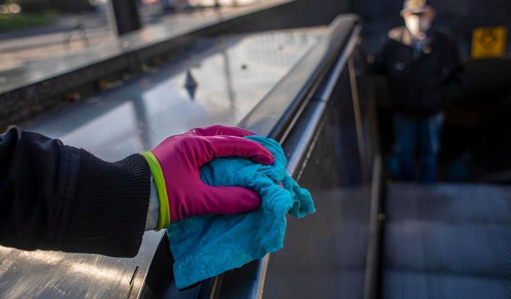 Agua y jabón, suficientes en superficies para bajar riesgo de contagio: CDC