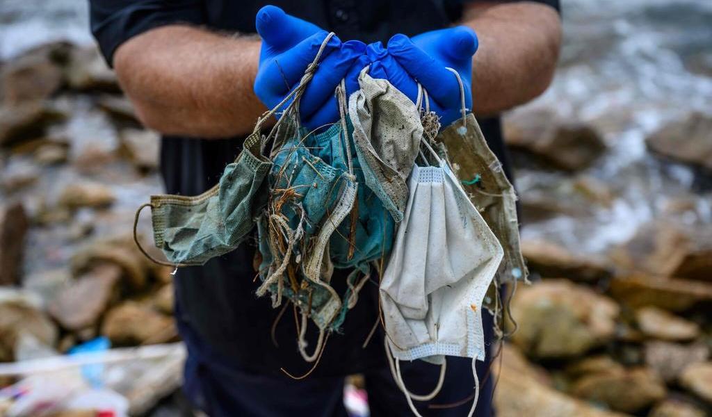 Advierten que cubrebocas terminan como basura en playas del mundo