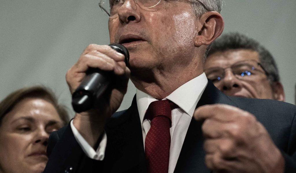 Suspenden audiencia de preclusión contra Uribe