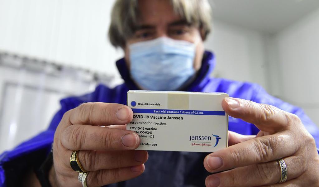 Recomienda EUA pausar vacunación con Johnson & Johnson por trombos