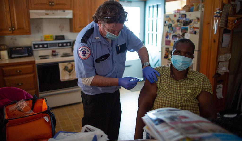 Mitad de adultos en EUA ha recibido al menos una dosis de vacuna contra COVID