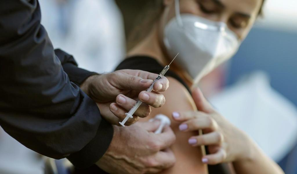 Tras meses de oposición, anuncia EUA que apoyará suspender patentes de vacunas COVID