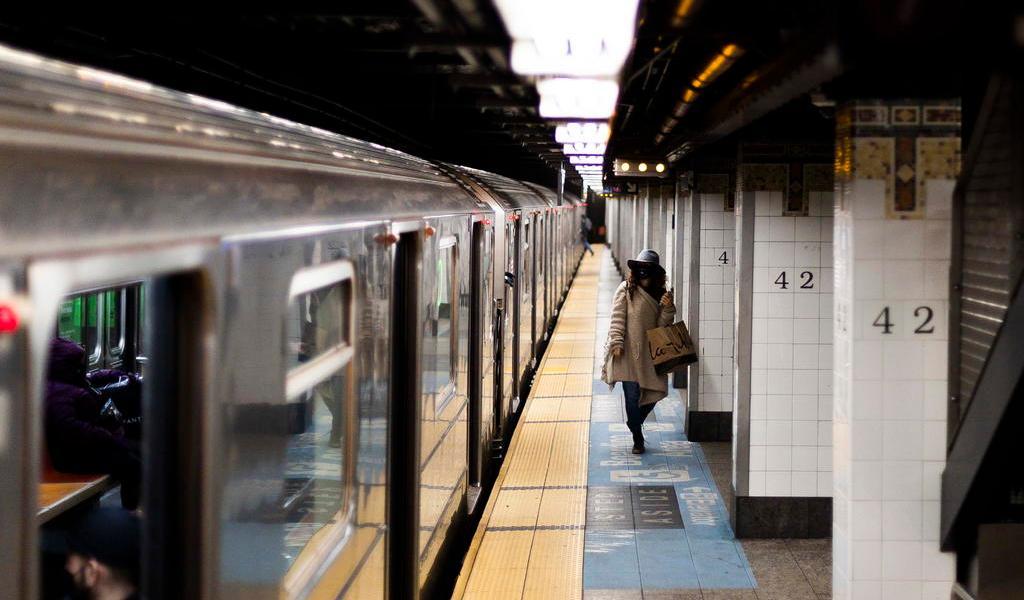 Metro de Nueva York retoma servicio de 24 horas tras un año de parón