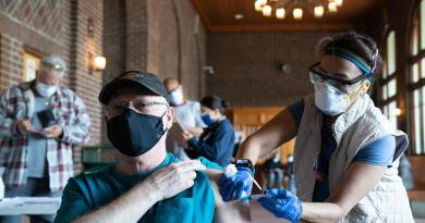 EUA tiene al 50% de su población adulta completamente vacunada contra el COVID-19