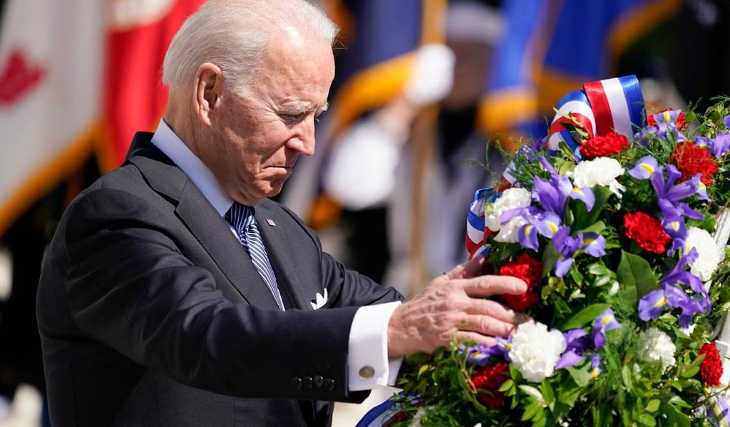 Honra Biden a caídos por la democracia