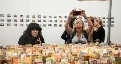 Gabriel Orozco reflexiona el valor del dinero