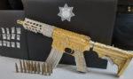 Cae líder criminal en Puebla con rifle bañado en oro