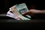 Peso pierde 1.06%; dólar cotiza en $24.64 por unidad en bancos