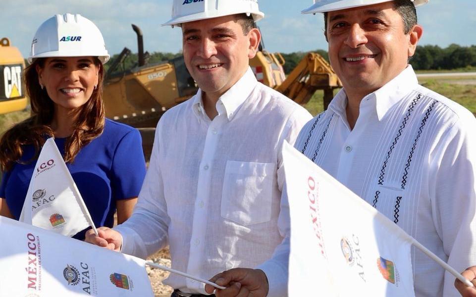 El Gobernador Carlos Joaquín y el Secretario de Hacienda y Crédito Público, Arturo Herrera Gutiérrez, dieron el banderazo de inicio de las obras de ampliación y modernización del Aeropuerto Internacional de Cancún (AIC), con una inversión de 2 mil 700 millones de pesos, obras que serán en beneficio de los millones de pasajeros que Quintana Roo recibe cada año. Al evento también asistió la alcaldesa de Benito Juárez , Mara Lezama