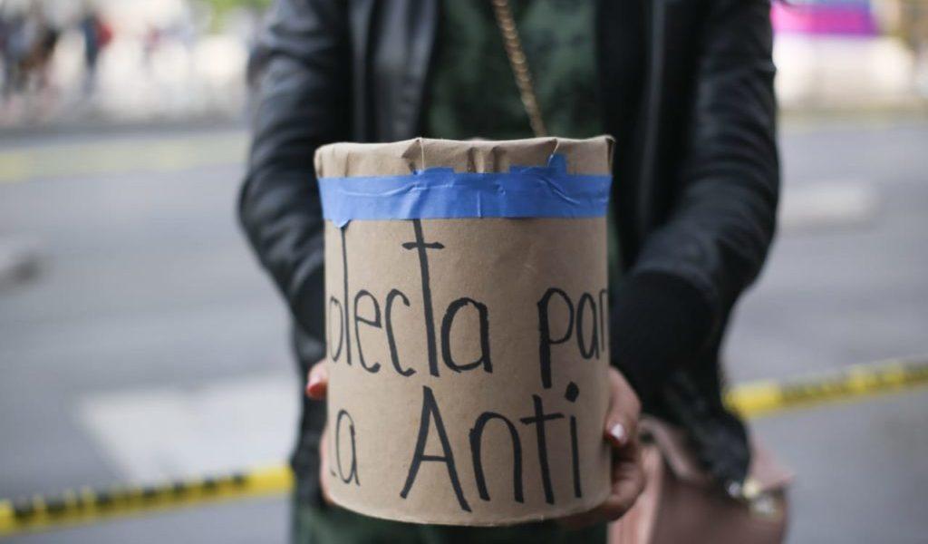 Mujeres rehabilitan la 'Antimonumenta' para el #8M (FOTOS)