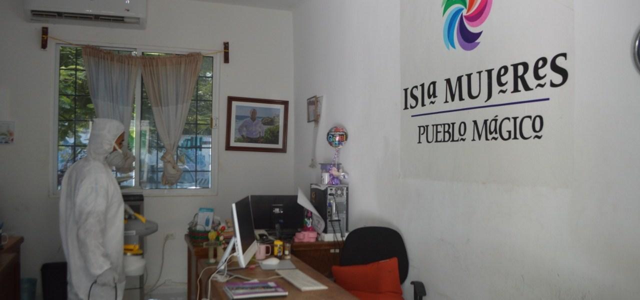 REFUERZA GOBIERNO MUNICIPAL DE ISLA MUJERES SANITIZACIÓN DE DEPENDENCIAS MUNICIPALES Y ESPACIOS PÚBLICOS