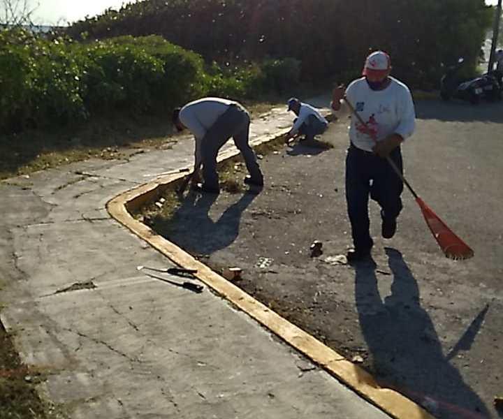 BRINDA MUNICIPIO DE ISLA MUJERES CONSTANTE LIMPIEZA EN PARQUES Y JARDINES