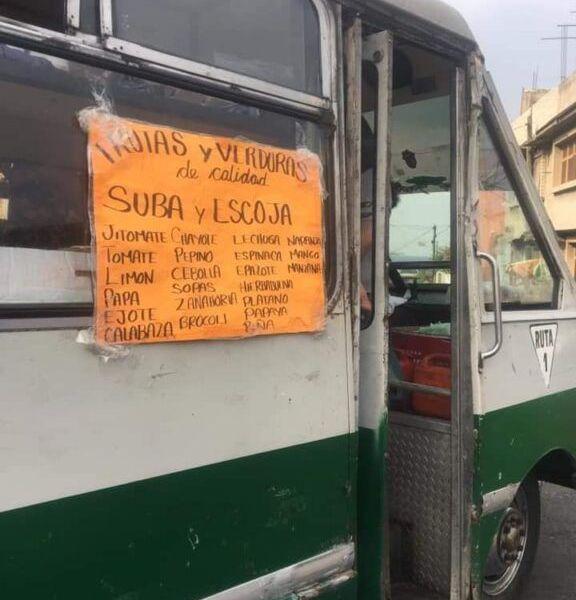 """""""Suba y escoja"""": Transforman microbús en verdulería itinerante (FOTOS)"""