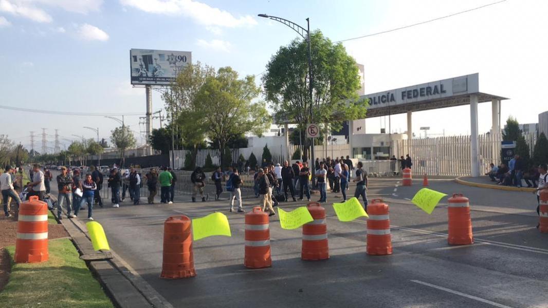 Policías federales bloquean Periférico frente al Centro de Mando
