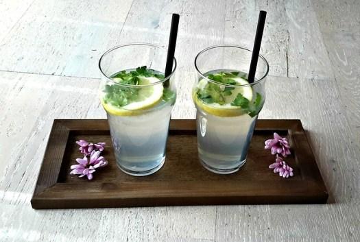 Deux verres de notre jus de citron par Lidie OUSSENI-ALI