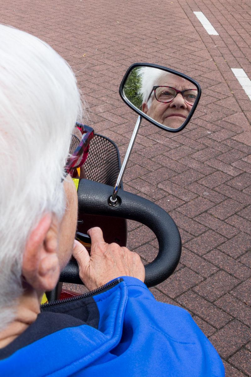 senior scootmobiel spiegel fotografie