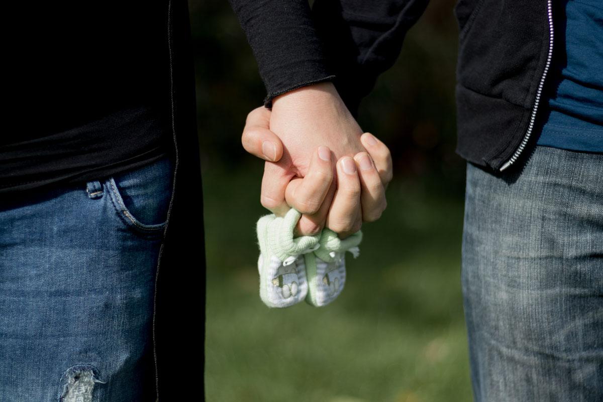 handen babyschoenen zwangere vrouw zwangerschapsfotografie fotograaf zeeland
