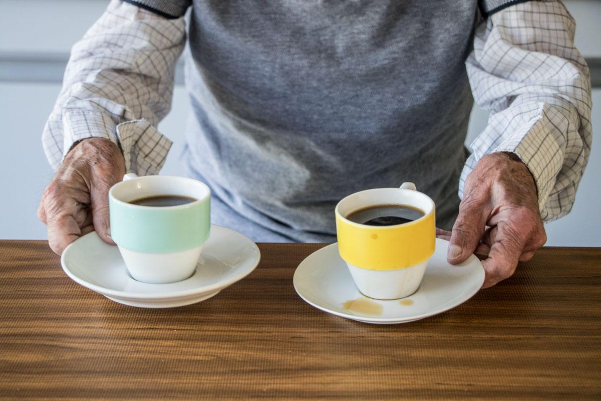 oudere handen koffie
