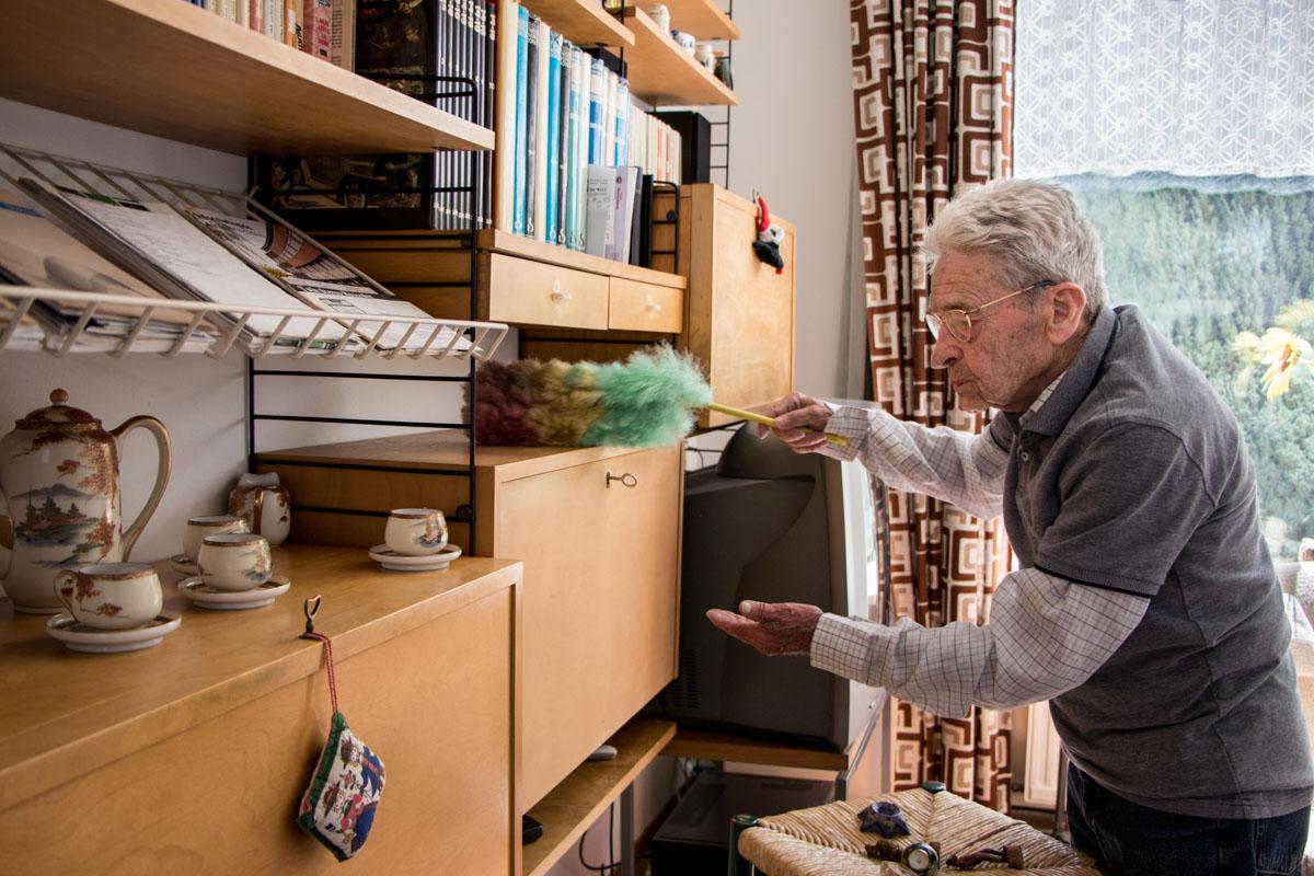 oudere senior schoonmaken