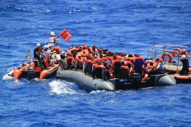 14_beide_Boote_verteilen_Rettungswesten