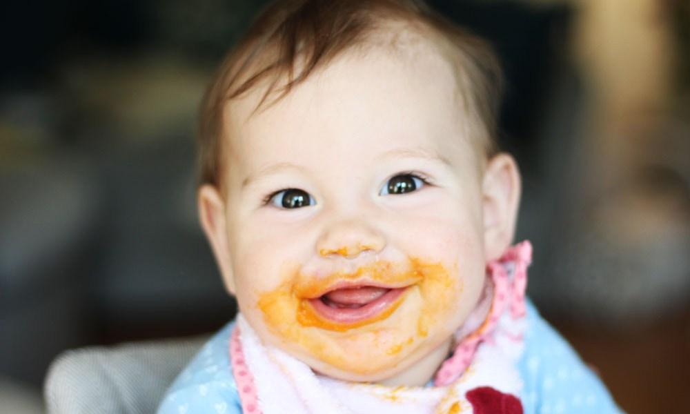 Wir starten bei unserem Baby mit der Beikost - ein Baby erkundet das Essen!