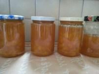 Orangenmarmelade abgefüllt