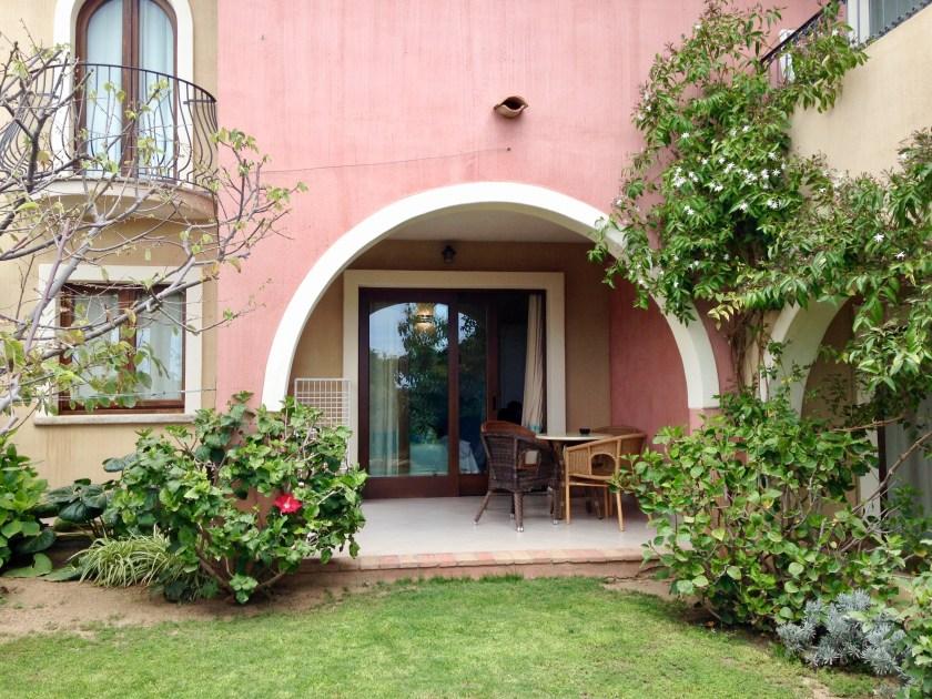 Terrasse der Family Suite im Hotel Mariposas Sardinien