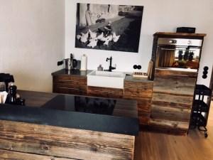 Rustikale Wohnküche im Chalet