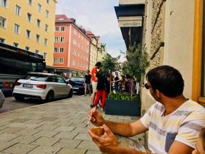 München im Sommer in Schwabing Eis von Lorenzo Corno