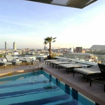 Rooftop Pool im The Gates Hotel Diagonal Barcelona