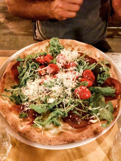 Lecker Pizza in der Taverna de Mercanti