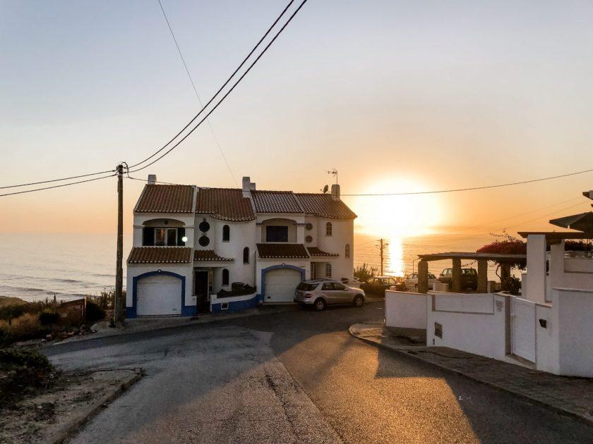 Surfhaus bei Sonnenuntergang